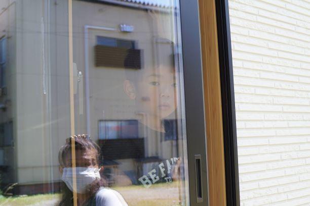 窓ガラスの向こうから、見つめられます。