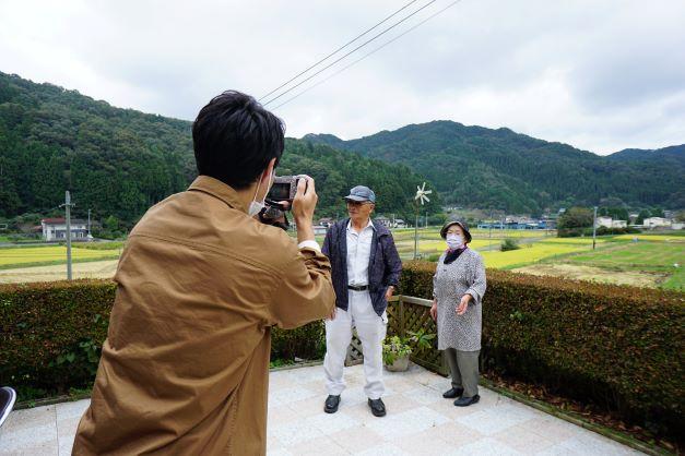 景色が自慢の庭で、ご夫婦のショットを撮る石井アナ。
