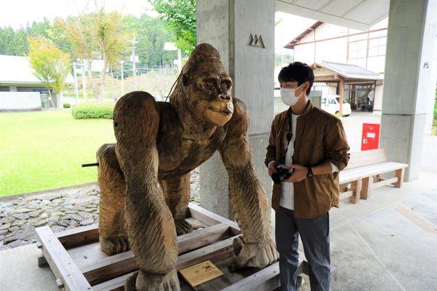 申年に彫られたゴリラ。迫力が違うし、使っている木も大きい。