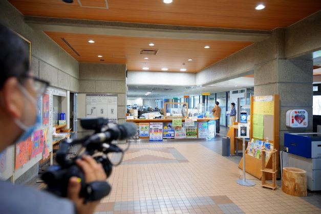 役場で石井アナが交渉中(を撮影する徳光)(を撮影したスタッフ)。