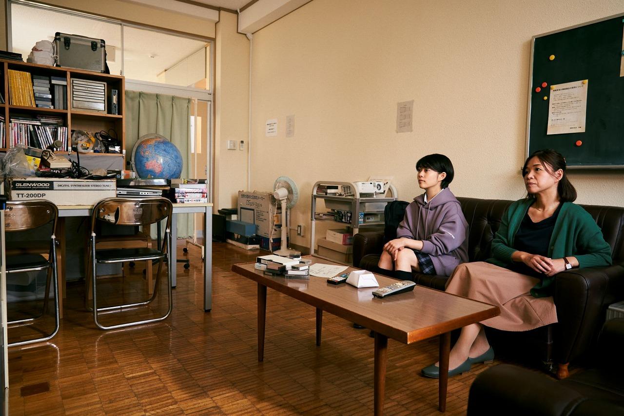 高校時代の莉子と茉莉子先生。©2021映画「浜の朝日の嘘つきどもと」製作委員会